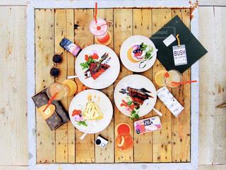 木製のテーブル項目のグループの写真・画像素材[1054325]