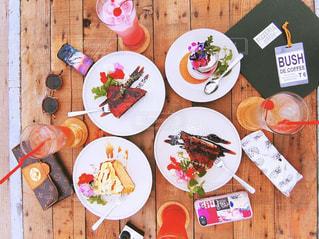 テーブルの上に食べ物のプレートの写真・画像素材[1056175]