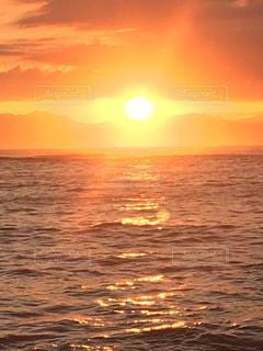 いくつかの水に沈む夕日の写真・画像素材[750381]