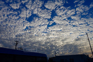 曇りの日に空気を通って飛んで人 - No.843937