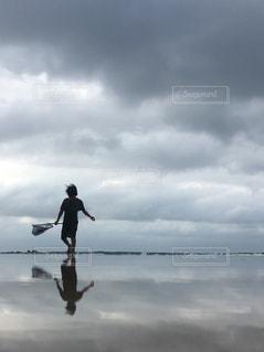 曇りの日も海へお散歩の写真・画像素材[1008264]