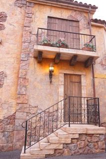 レンガの壁に署名している石造りの建物の写真・画像素材[873039]