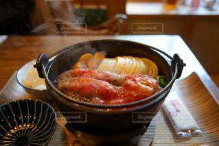 テーブルの上に食べ物のボウルの写真・画像素材[873375]