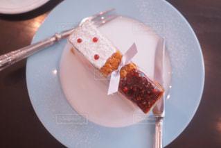 皿の上のケーキのスライスの写真・画像素材[873389]