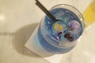 ブルーのボウルとガラスの写真・画像素材[873392]