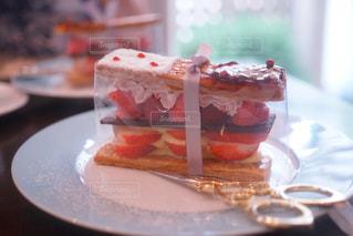 近くに皿の上のケーキのスライスのアップ - No.873394