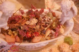 テーブルの上に食べ物のプレートの写真・画像素材[876761]