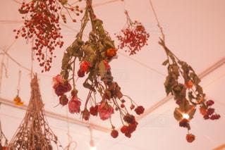 テーブルの上の花の花瓶の写真・画像素材[876763]