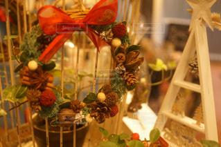 テーブルの上の花の花瓶の写真・画像素材[877461]