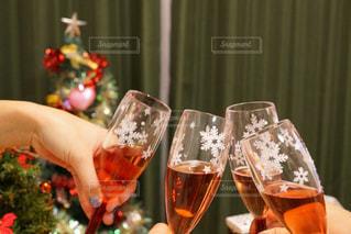 ワイングラスを持つテーブルに座っている女性の写真・画像素材[877633]