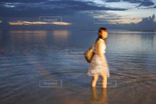 水の体の横に立っている人 - No.878357
