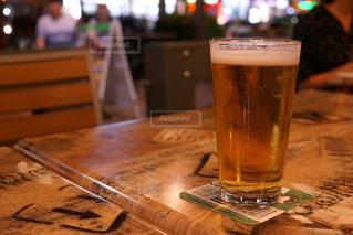 テーブルの上のビールのグラス - No.878959