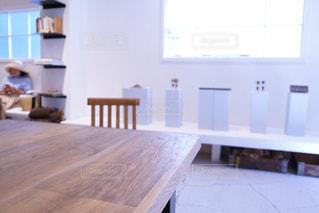 部屋の家具と大きな窓いっぱいの写真・画像素材[879998]