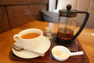 木製テーブルの上のコーヒー カップ - No.880870