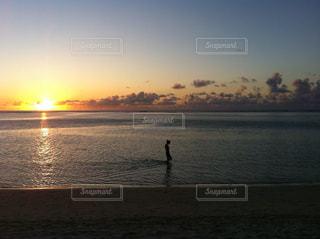 水の体に沈む夕日の写真・画像素材[880896]