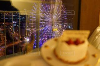近くにケーキのアップの写真・画像素材[907744]