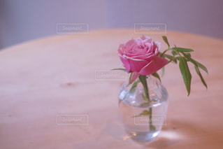テーブルの上の花の花瓶の写真・画像素材[907752]