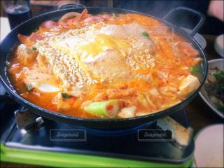 ストーブの上の料理のボウルの写真・画像素材[907756]
