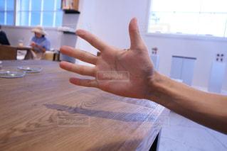木製のテーブルに座の写真・画像素材[907763]