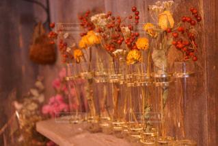 テーブルの上の花の花瓶の写真・画像素材[907775]