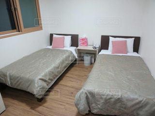 ベッドと部屋で机付きのベッドルームの写真・画像素材[922174]