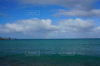 海の横にある水の大規模な体の写真・画像素材[922190]