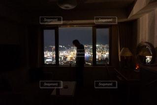 窓の前で暗い部屋で人々 のグループの写真・画像素材[922555]