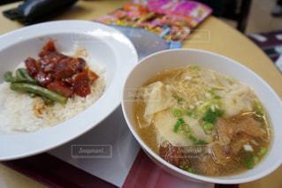 板の上に食べ物のボウルの写真・画像素材[922560]