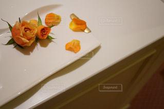 テーブルの上に食べ物のプレートの写真・画像素材[922562]