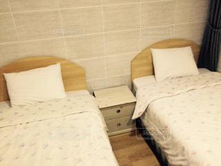 ベッドと部屋で机付きのベッドルームの写真・画像素材[922563]