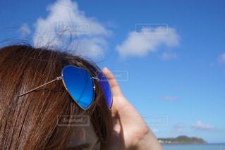 近くにサングラスを身に着けている女性のの写真・画像素材[922626]