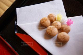 テーブルの上に食べ物のトレイ - No.922642