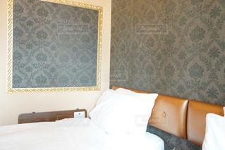 寝室ベッドと鏡の写真・画像素材[922649]