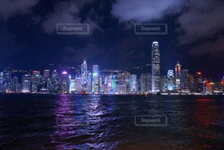 暗闇の都市と水の大きな体 - No.926459
