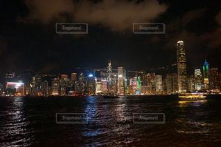 暗闇の中で市と水体の写真・画像素材[926460]