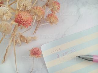 テーブルの上のピンクの花の写真・画像素材[930818]