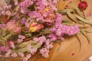 テーブルの上の花の花瓶の写真・画像素材[932507]