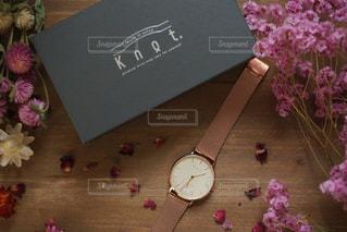 テーブルの上のピンクの花の写真・画像素材[932915]