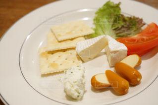 食品のさまざまな種類をトッピング白プレート - No.933312