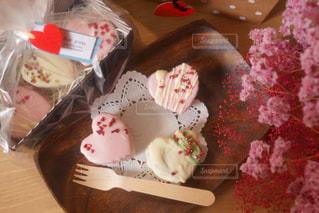テーブルの上のケーキの一部 - No.936583