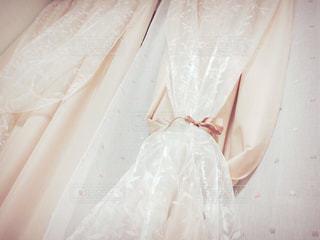白いドレスを着た人の写真・画像素材[952616]