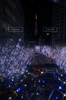 夜のライトアップされた街の写真・画像素材[955058]