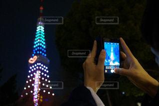 携帯電話を持っている人の写真・画像素材[965580]
