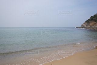 水の体の横にある砂浜のビーチの写真・画像素材[1061320]