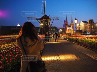 通りに立っている人の写真・画像素材[1136368]