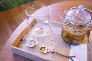 木製テーブルの上のコーヒー カップの写真・画像素材[1152875]