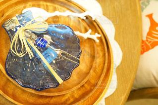テーブルの上のケーキ プレートの写真・画像素材[1158190]