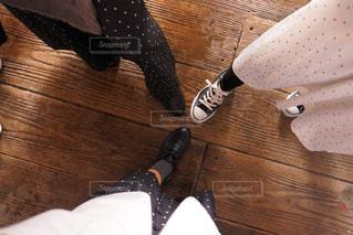 木製のテーブルの上に靴がグループの写真・画像素材[1158192]