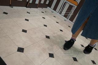 床の上に立っている人の写真・画像素材[1169917]