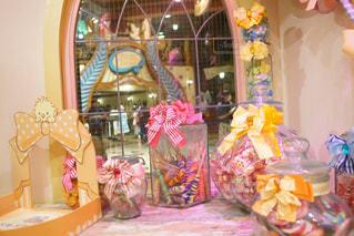 テーブルの上の花の花瓶 - No.1170630